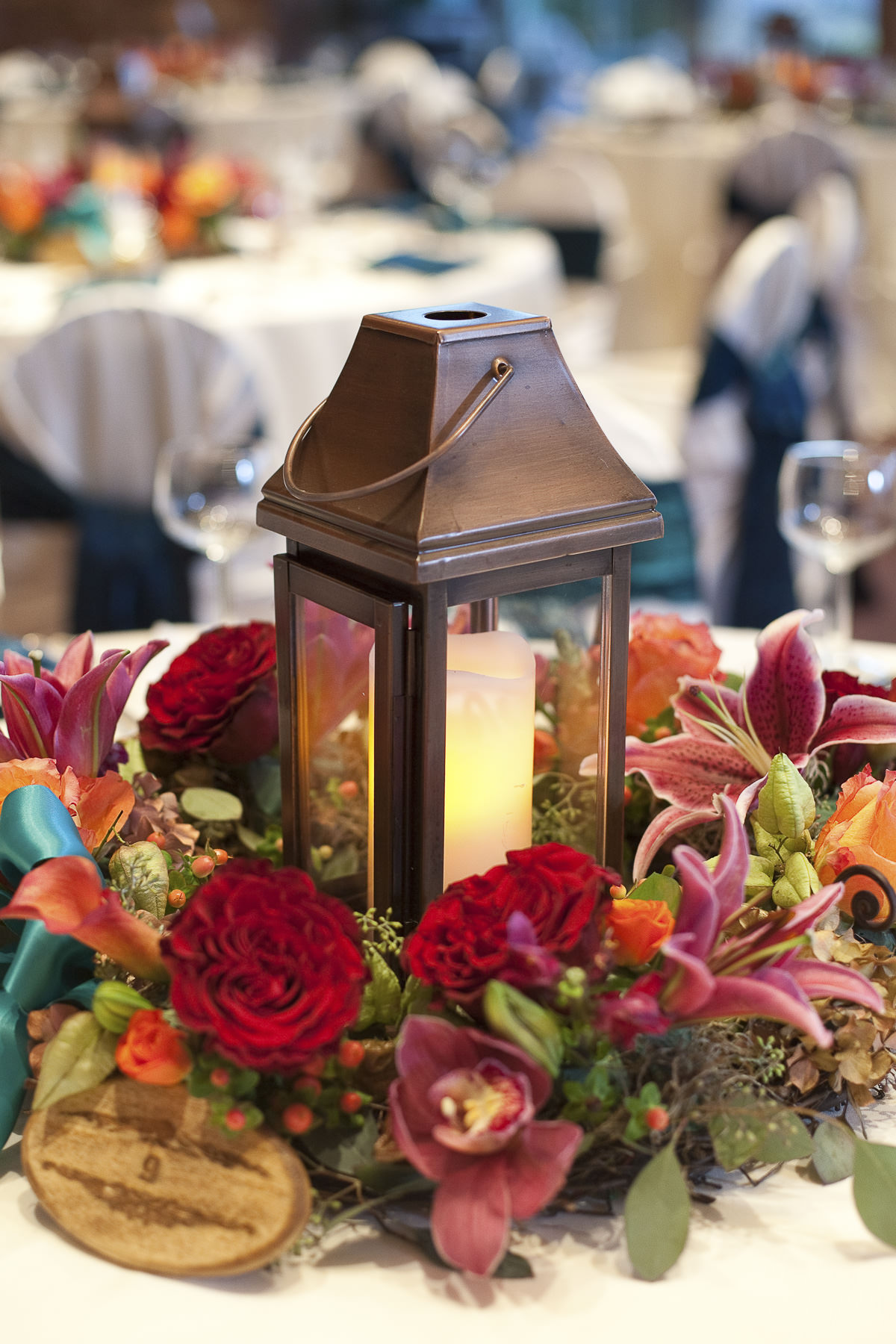 Centerpiece with lamp and flowers at the Garden of the Gods Club.